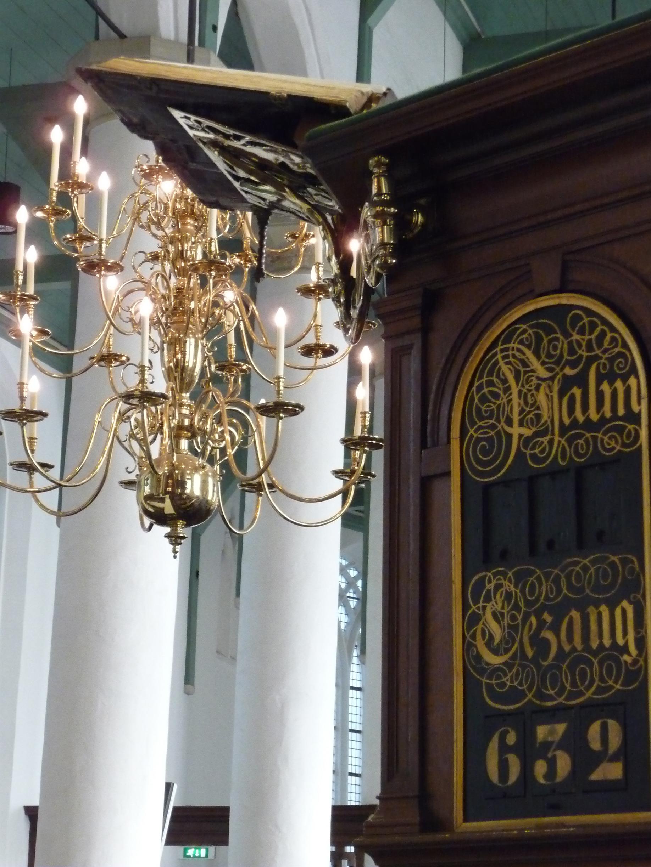 Petruskerk - preekstoel en kroonluchter
