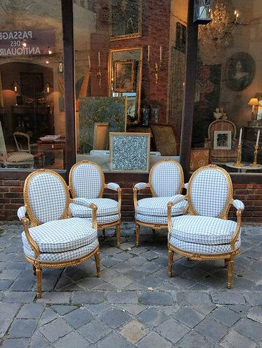 Suite de quatre fauteuils cabriolets, bois sculpté et doré, époque Louis XVI