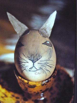 Der Osterhase auf dem Ei