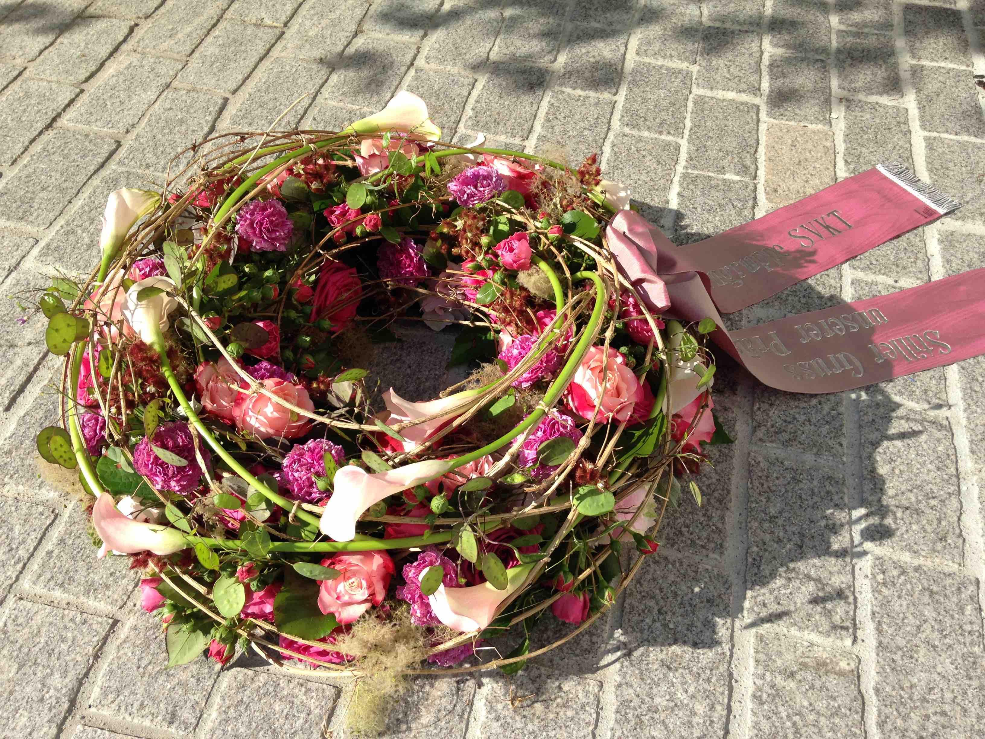 Trauerkranz mit Rosen und Calla