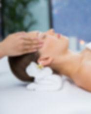 femme-recevant-massage-tempes_1262-398.j
