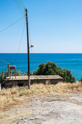 Le poteau sur le bord de la mer