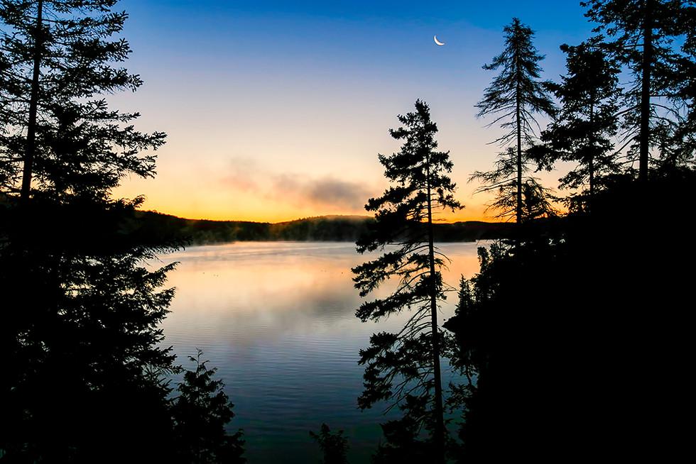 Le jour se lève sur le lac des Piles