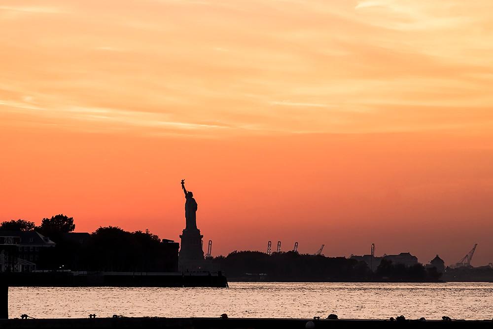 Statue de la Liberté au soleil couchant