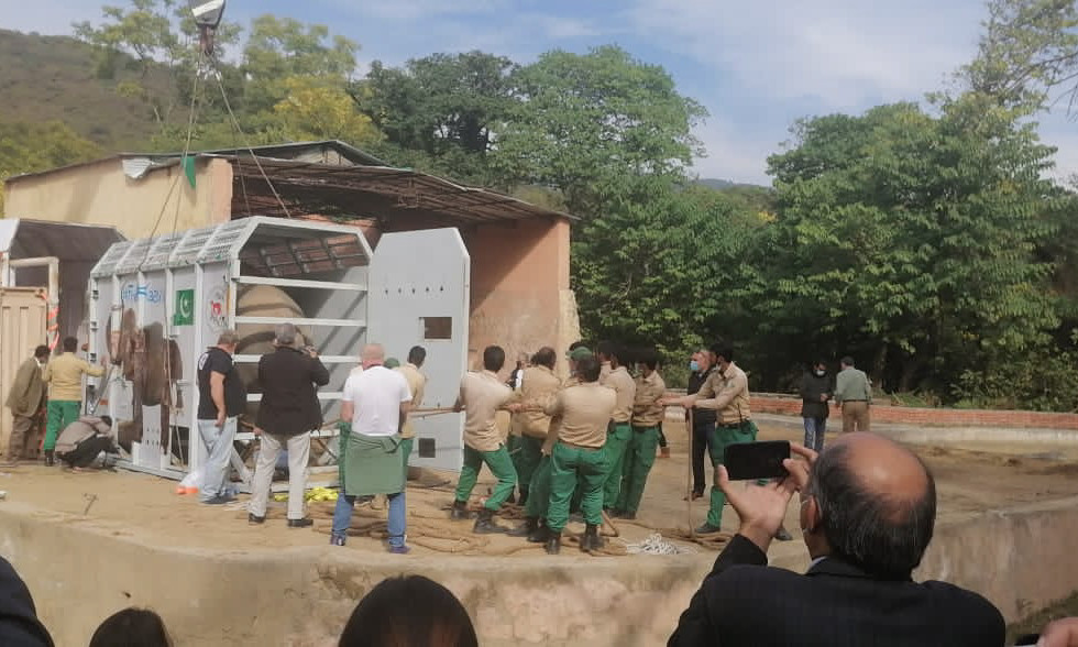 Kaavan being loaded - different perspective