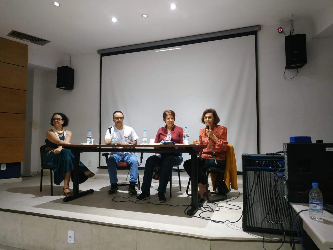 A mediadora Rosa e os convidados Luciana, Mário e Marília (Foto: Pedro H C Edu)