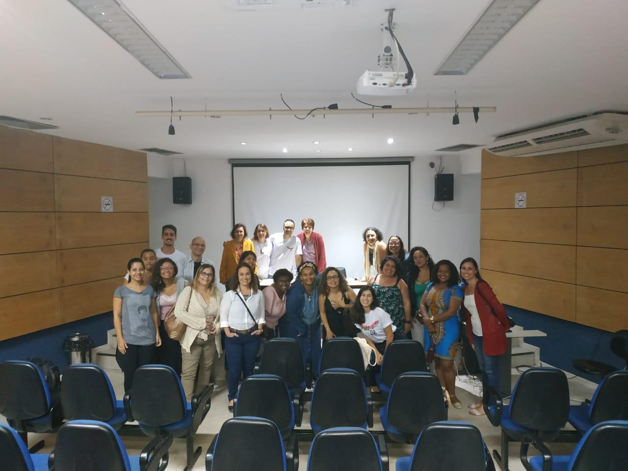 Palestrantes e público se juntam para uma foto ao final da conversa (Foto: Pedro H C Edu)