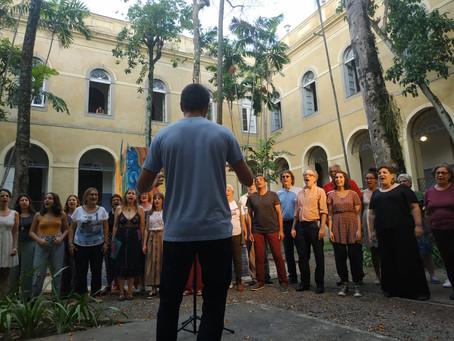 No Laguinho da ECO, a performance visual Feixta dos Tribos encanta com pintura, música e dança