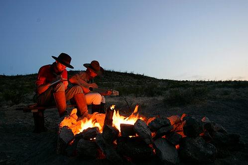 Cena western intorno al fuoco