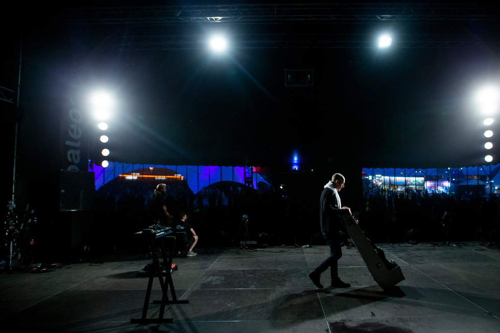 Andy MacFarlane, guitariste of The Twilight Sad with a guitar case
