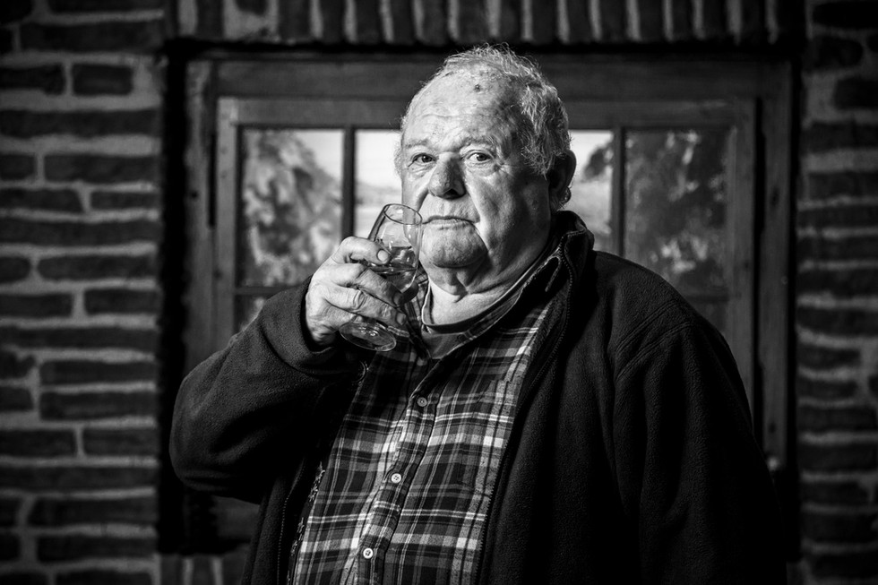 Le retraité Claude Berthet continue de travailler son vin
