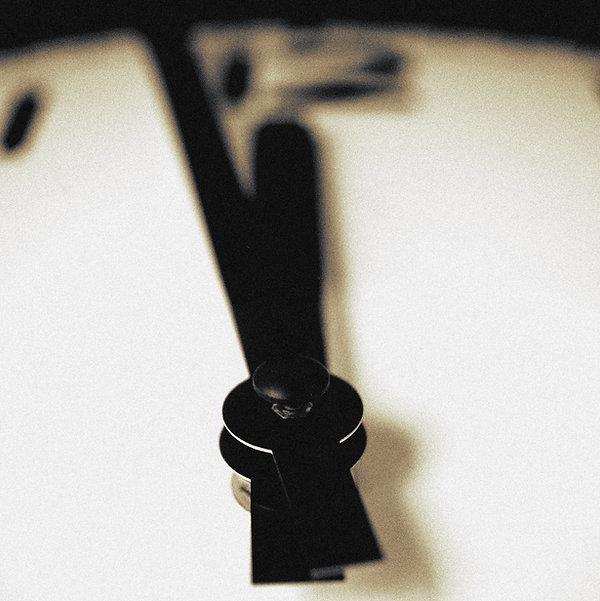 black-and-white-blur-clock-129736.jpg