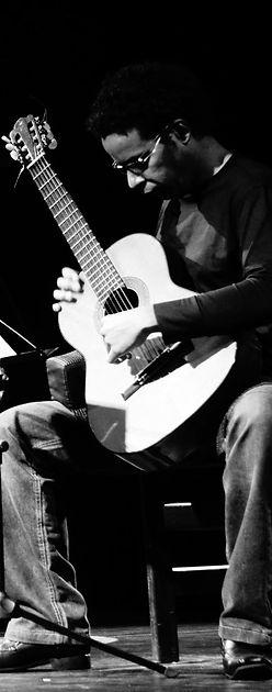 Leo Aguiar compositor e criador de uma técnica chamada violão percussivo. Leo Aguiar composer and creator of a technique called percussive guitar.
