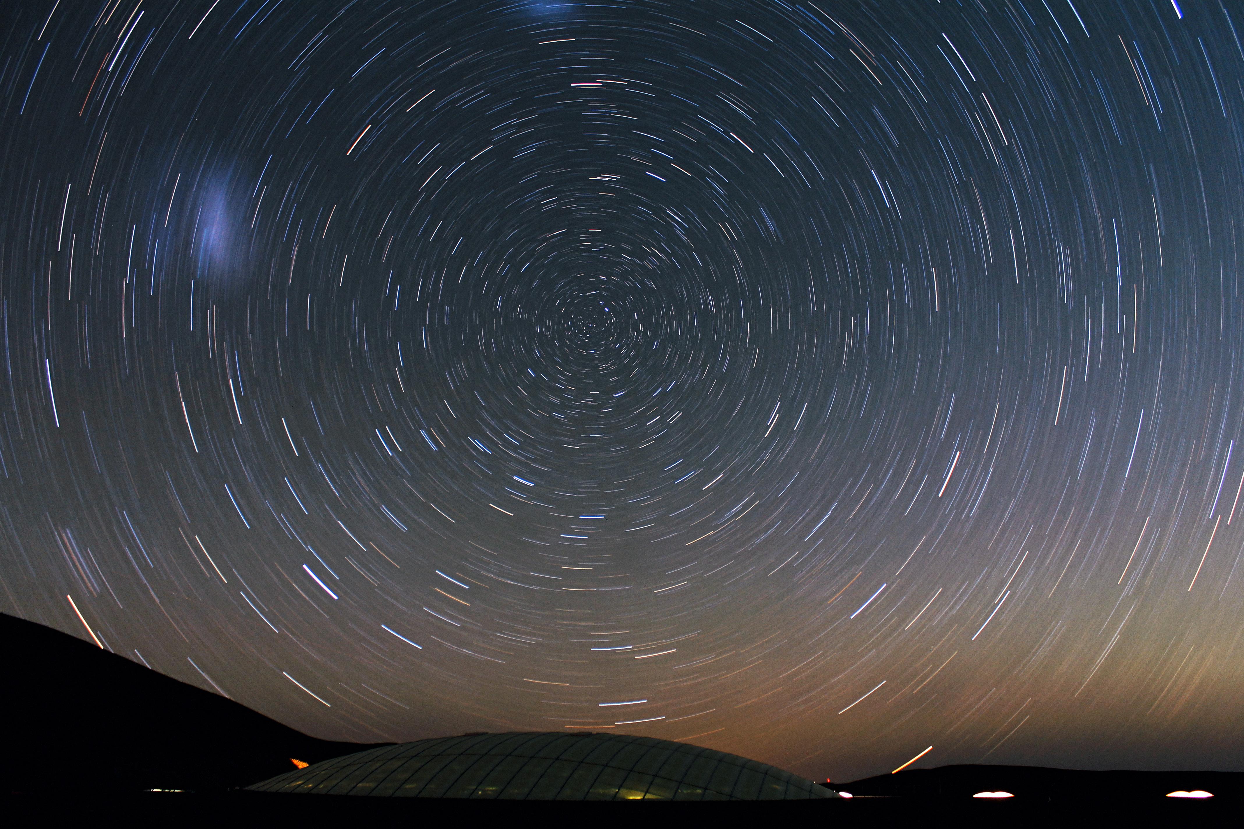 Stars_Circle_over_the_Residencia_at_Cerro_Paranal