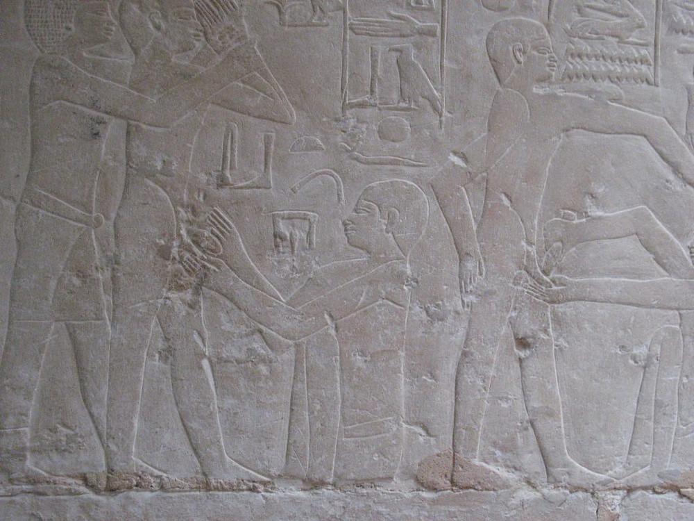 Circuncisión en el Antiguo Egipto mostrada en bajo relieves.
