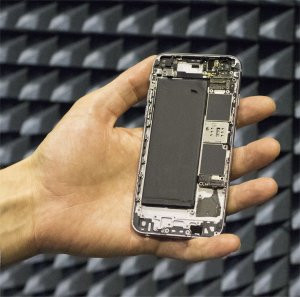 As antenas dos celulares são colocadas no topo e na base do aparelho. É por isso que a tela não pode cobrir o telefone inteiro. Com as antenas digitais, essa restrição deixa de existir.[Imagem: Aalto University]