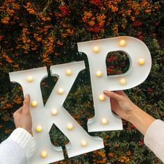 Svítící písmeno K a P