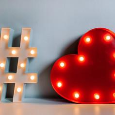 Svítící symbol # a svítící červené srdce