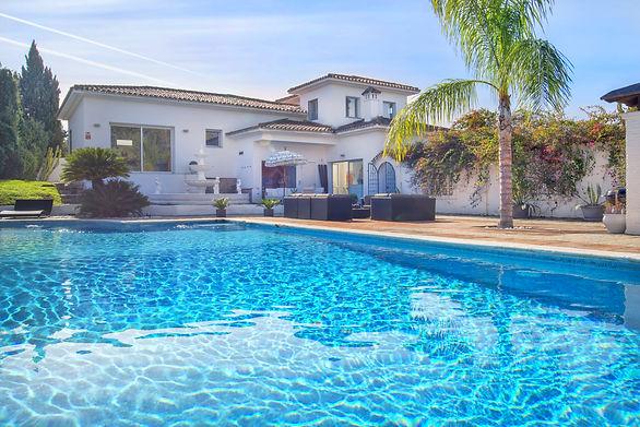Villa Artista Estepona close to Puerto Banus can host large hen parties up to 15 guests