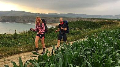 Pasear y hacer rutas por las playas y acantilados de Loredo, cerca del camping