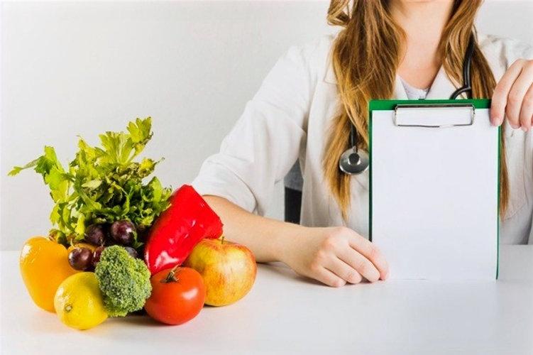 main-dieteticienne-femme-presse-papiers-vierge-aliments-sains-bureau_23-2147882168_edited.jpg