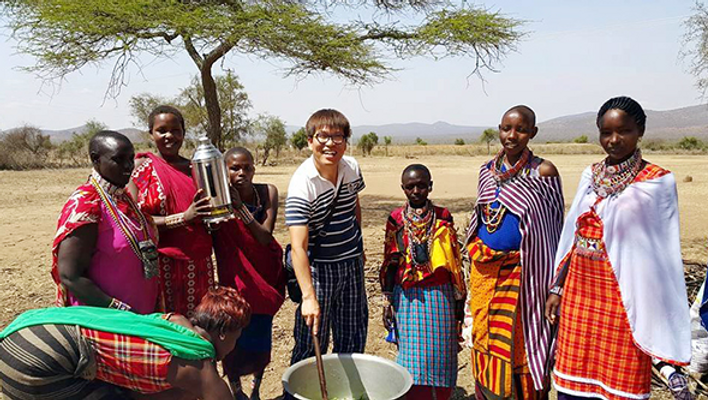首都ナイロビから南西へ5キロ離れたスラム街'キベラ'地域で無料給食活動を開始した。キベラは極度に貧しい町。 衛生状態はもちろん、治安も非常に悪い。キベラ地域にはエイズ(AIDS、後天性免疫不全症)にかかった女性が多い。コン宣教師は10年前からエイズにかかった女性12人と共同体を営んでいる。