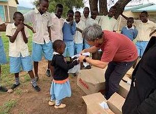 ネントナイとオレレシュア学校の子どもたち400人余りに靴の分かち合いをしました。