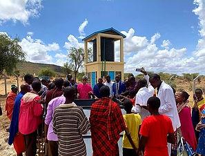 ケニアのネントナイ地区で、地下水を開発し、町の人々が集まって感謝の礼拝を捧げている。