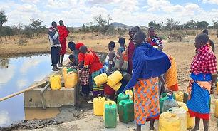 ケニアのネントナイ地区で、地下水開発する前の様子。ボトルに泥水を入れている。