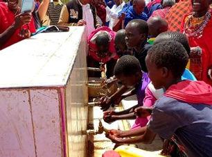 ケニアのネントナイ地区で、地下水を開発し、子どもたちにきれいな水を供給している。