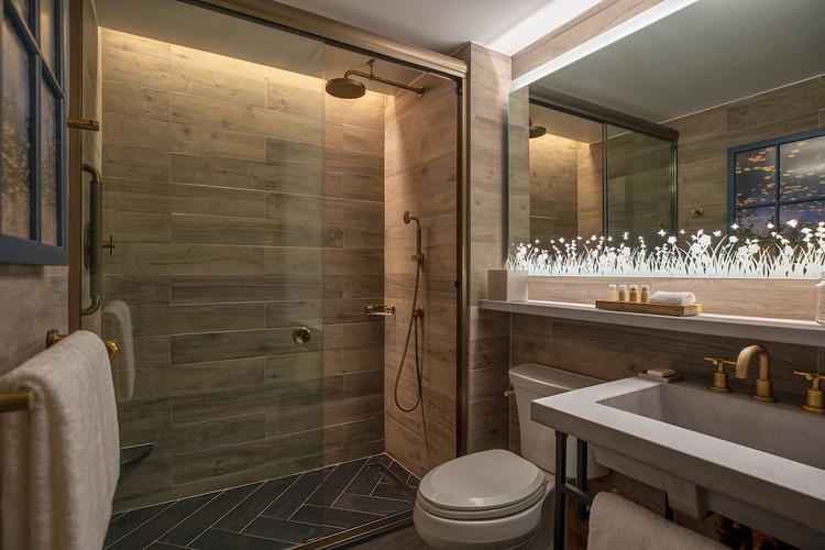 Finals_Guestroom_Bathroom_Standard_Shower_2212_V2.jpg