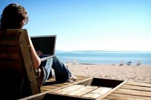 En agosto, ¿de vacaciones con el ordenador a cuestas?