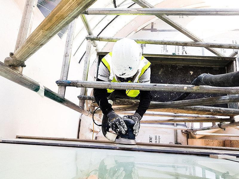 Tenemos una gran experiencia en la proyección de falsos techos, ya que hemos proyectado todo tipo de techos suspendidos, incluyendo techos acústicos, techos de chapa metálica y techos perforados