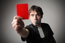 Referree montrant le carton rouge