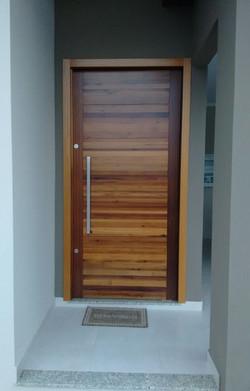 Porta_pivotante_maciça_imbuia