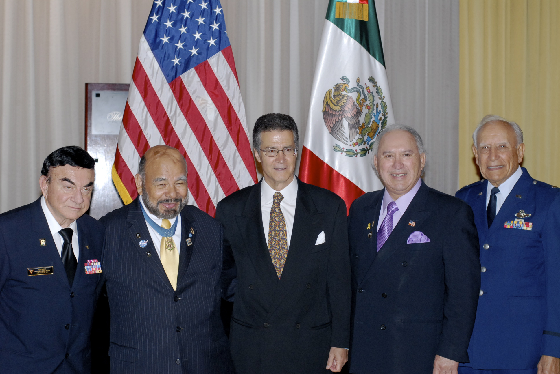 Mexican Embasador in Chicago receives member of 201 Ing. Fernando Nava and medal of honor recipient