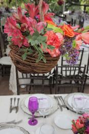 Montaje de Mesa con Nidos de Flores