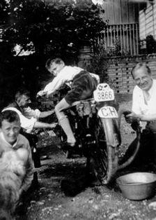 Hermann Meier repariert sein Motorrad 1932