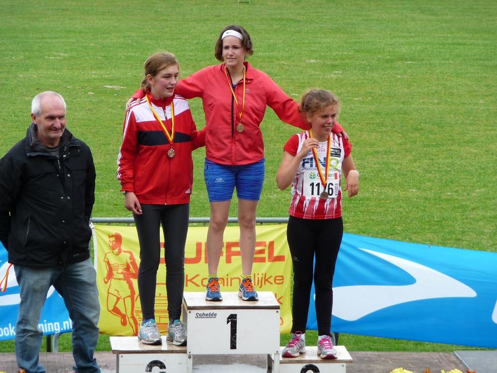 Annelies wint de 1500 m in een nieuw Belgisch record!