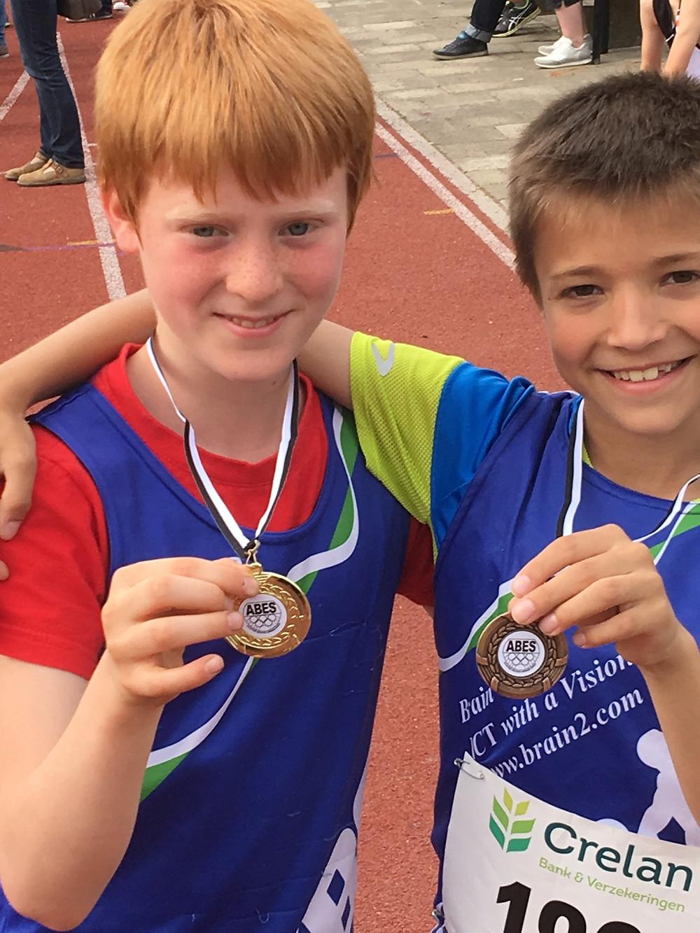 Rune (links) en Robbe terecht trots op hun gouden en bronzen medaille!