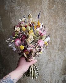 Ein Trockenblumen-Brautstrauß für ein St