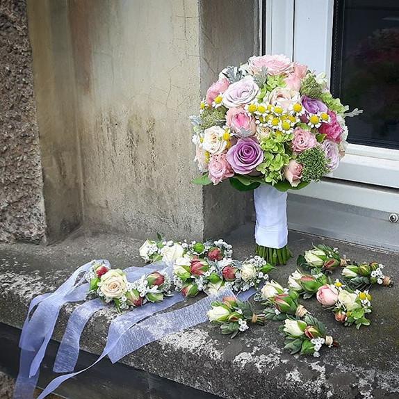 Brautstrauß, Armbänder und Anstecker von