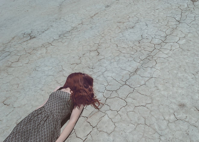 Ragazza che si trova su terreno asciutto