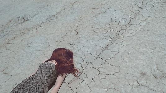 Menina de encontro na terra seca