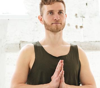 Chico practicando yoga anjali mudra