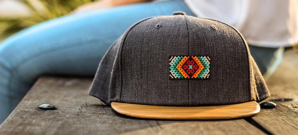 Gorra de madera arte huichol