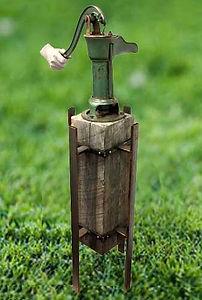 Pompe-à-eau-avec-main.jpg