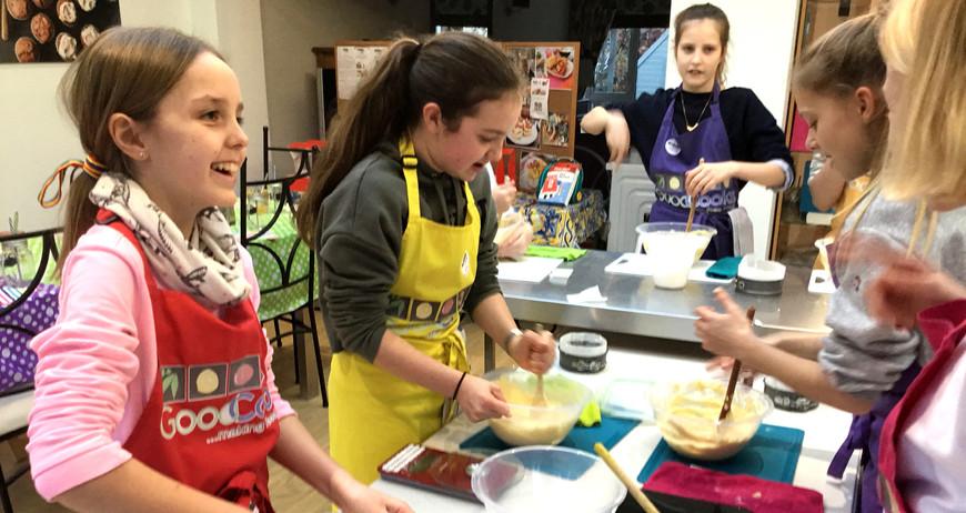 Cooking parties - Three girls baking.JPG