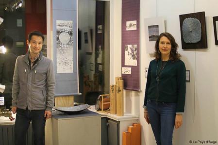 フランス新聞掲載- 「Une exposition d'artistes japonais chez Varvara Bracho à Honfleur」- Le pays d'Aug
