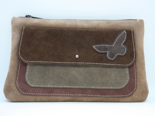 Pochette principale zippée (20 cm) et poche plaquée à l'avant. Dimensions moyennes : 14x22 cm Cuir : croûte de veau Prix : 48 euros